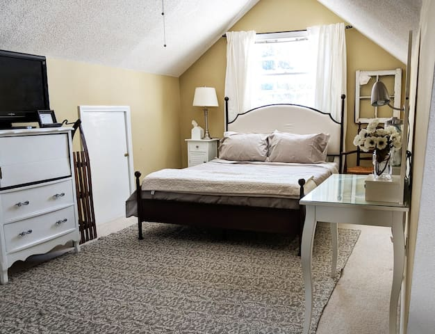 Light & Airy LARGE Studio Style Room - Lake Claire