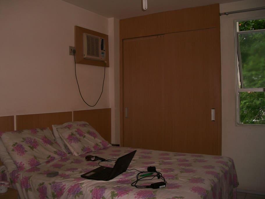 Cama Quen, armário, TV e ar condicionado