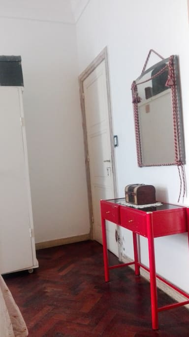 Puerta de entrada, placard y espejo.