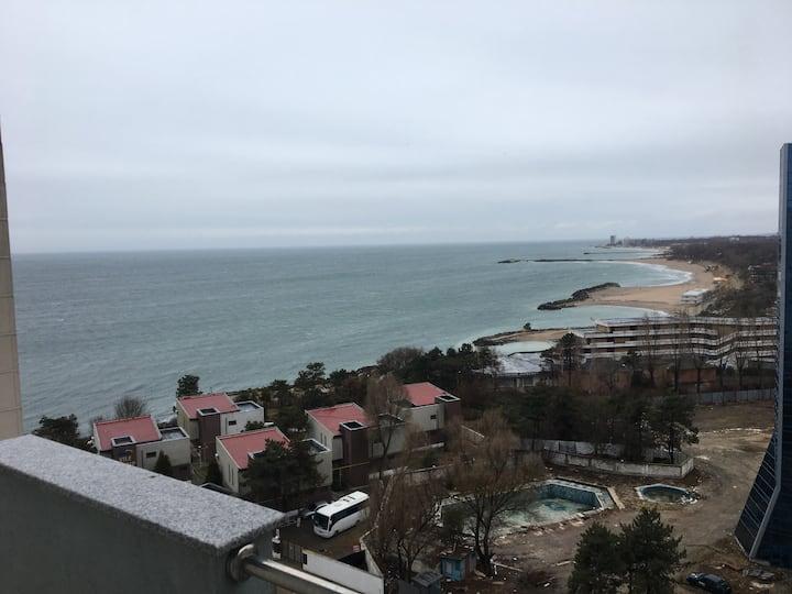 Apartament 100 mp etaj 9 cu vedere la mare , la 50 m de plaja