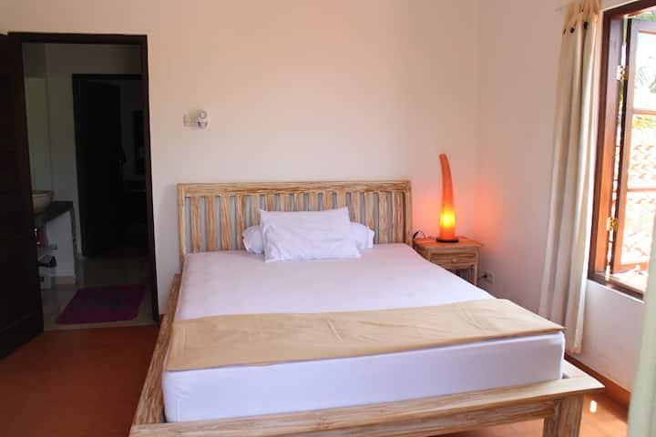 Canggu Serenity sonniges Doppelbett Zimmer