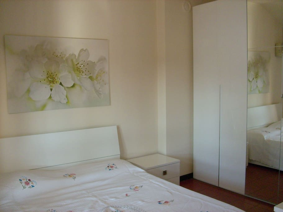 Camera da letto con letto matrimoniale e ampio armadio