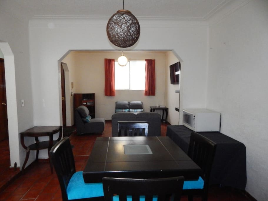 Comedor para 4 personas con microondas. / Dinning room for 4 people with microwave oven.