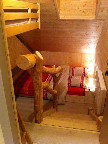 Chambre dortoir, 2 lits superposés et 1 double
