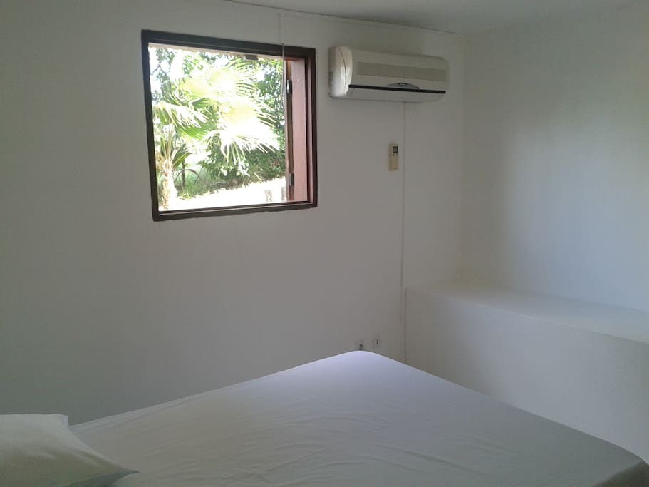 Chambre à couché climatisé avec lit 2 place et armoire de rangement
