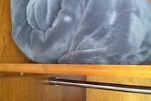 enxoval (cobertor) no armário