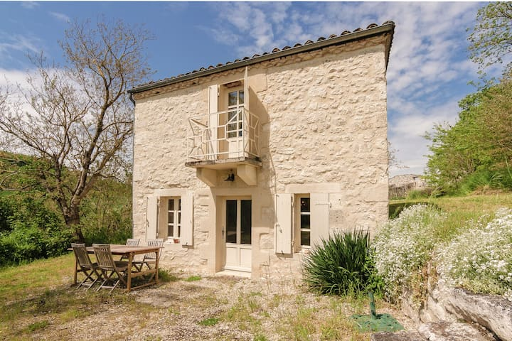 Spacious and cozy cottage with a view and a swimming pool shared with a chateau.
