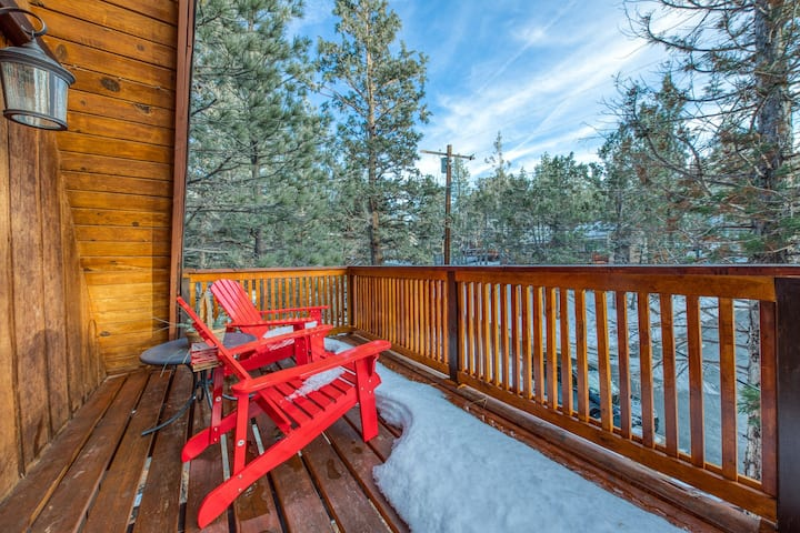Dog-friendly A-frame cabin with balcony and beautiful mountain and forest views!