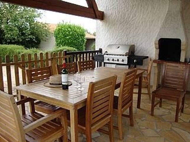 Villa with pool overlooking the vineyards, Cognac