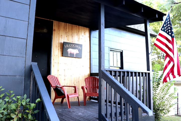 French Country Cottage w/ BAMA style: Sleeps 6