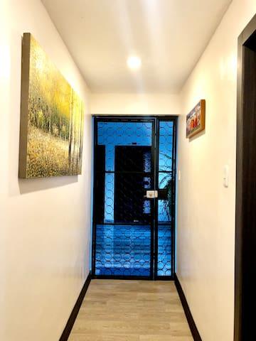 Ingreso al apartamento/ Entrance door to the apartment