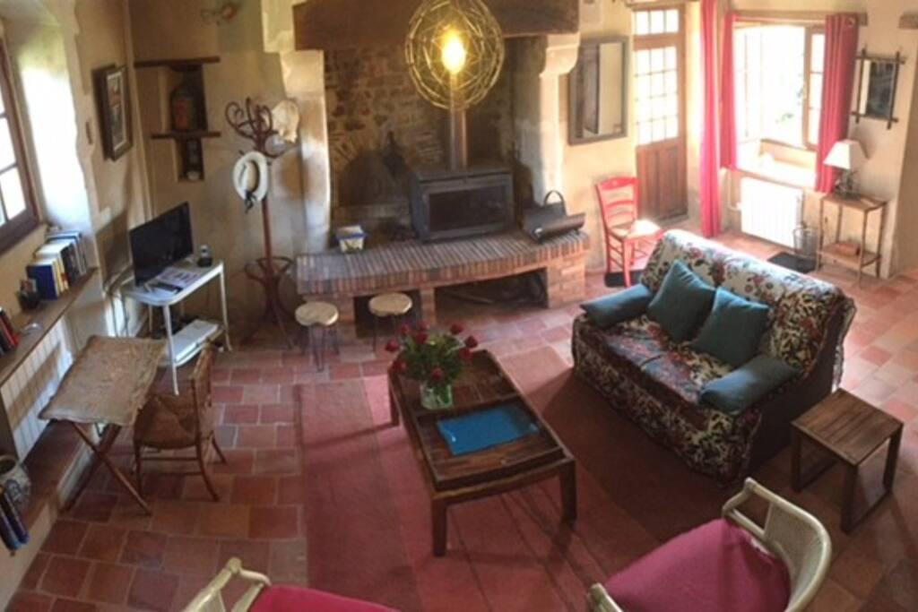 Le salon avec sa cheminée - 1 canapé lit 2 places