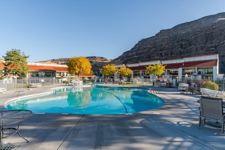 Cozy condo w/shared pool, hot tub, right at Crescent Bar!