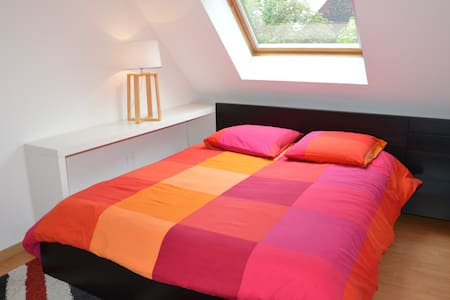 "Belle chambre+TV,agréable/tranquille ""NY"" 3mn A84 - Fougères - บ้าน"