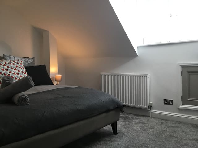Luxury Modern Attic Room in The North Laines.