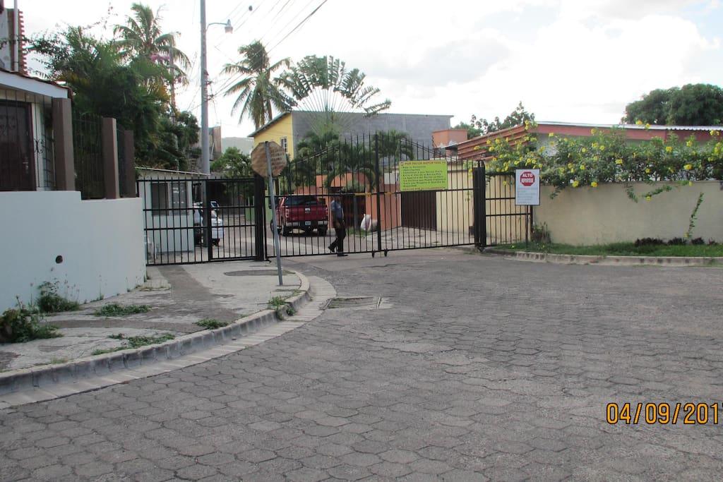 Entrada Principal de la 1a. calle con Portón y guardia de seguridad privada.
