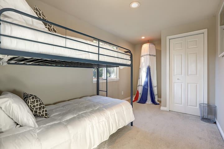 2nd Floor - Bedroom with twin size bunk beds