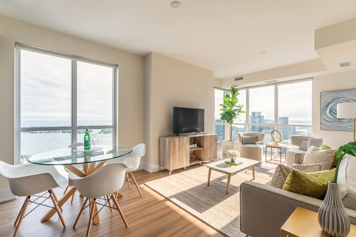 Gorgeous CN Tower & Water Views, Central Location