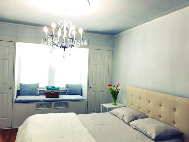 NEW Large Private Room 5min from LGA - East Elmhurst - Bed & Breakfast