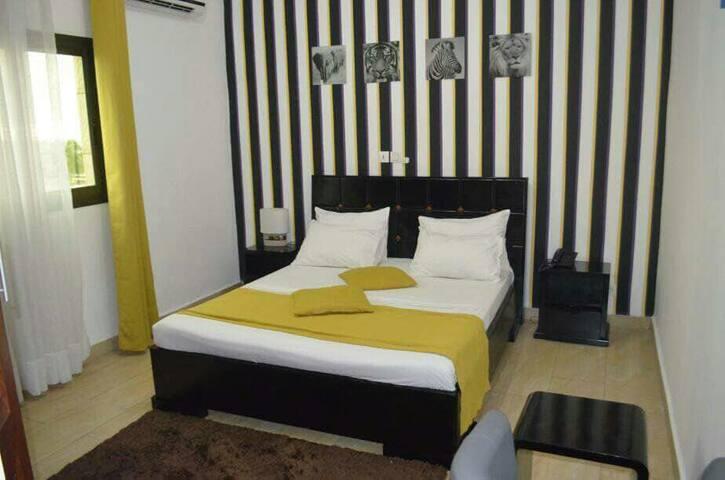 Chambre Climatisée VIP avec écran plasma et canapé + lit King size