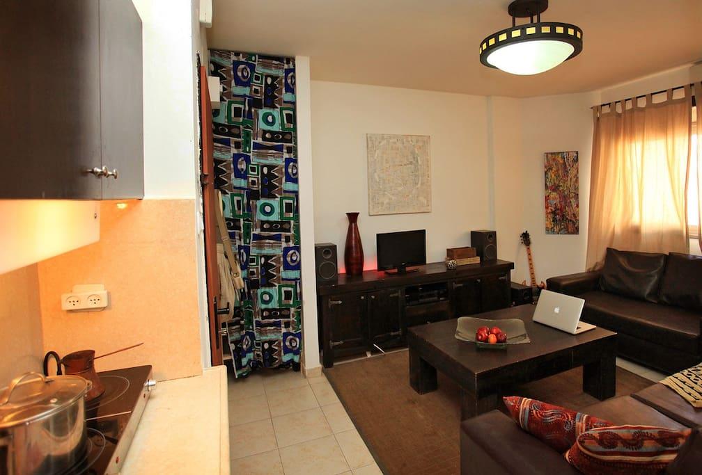 маленькая, но вместительная кухонка и салон со удобными диванами