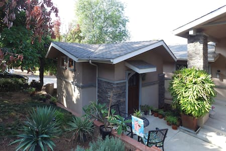 Charming Guest House in the foothills of Monrovia