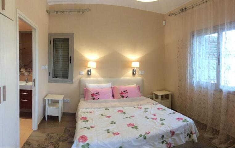 Спальня с 2-спальной кроватью и   санузлом с душем