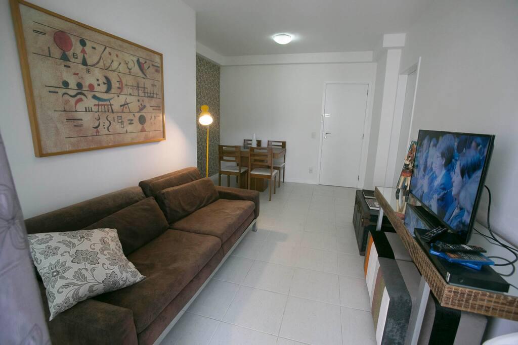 Sala ampla com TV e canal a cabo