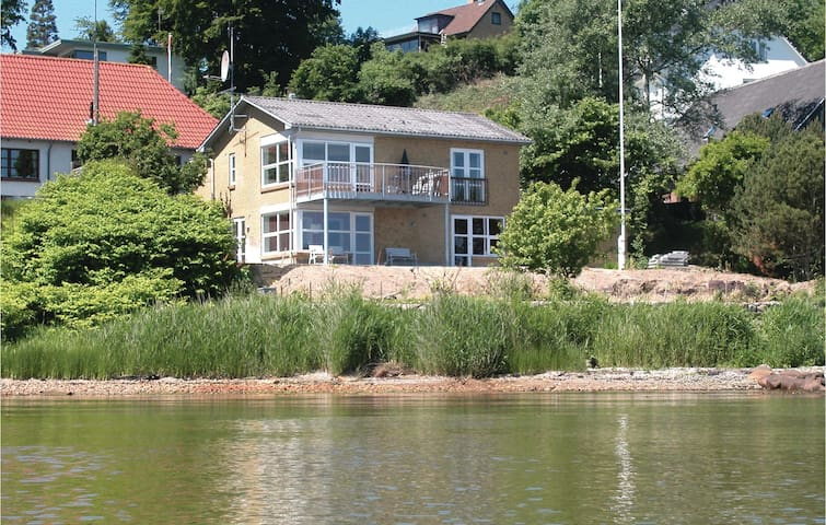 Holiday cottage with 4 bedrooms on 112 m² in Kruså