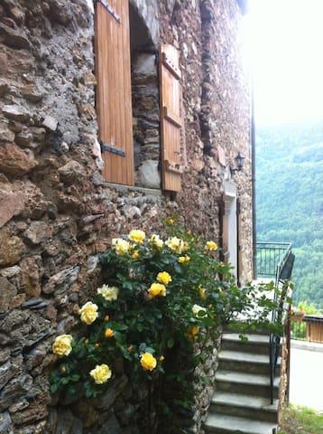 Randonnées et nature , village calme à 1000 m - Fontaine-le-Puits - Departamento