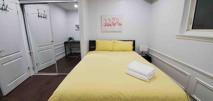 Beautiful private Queen room near Square One/ UofT