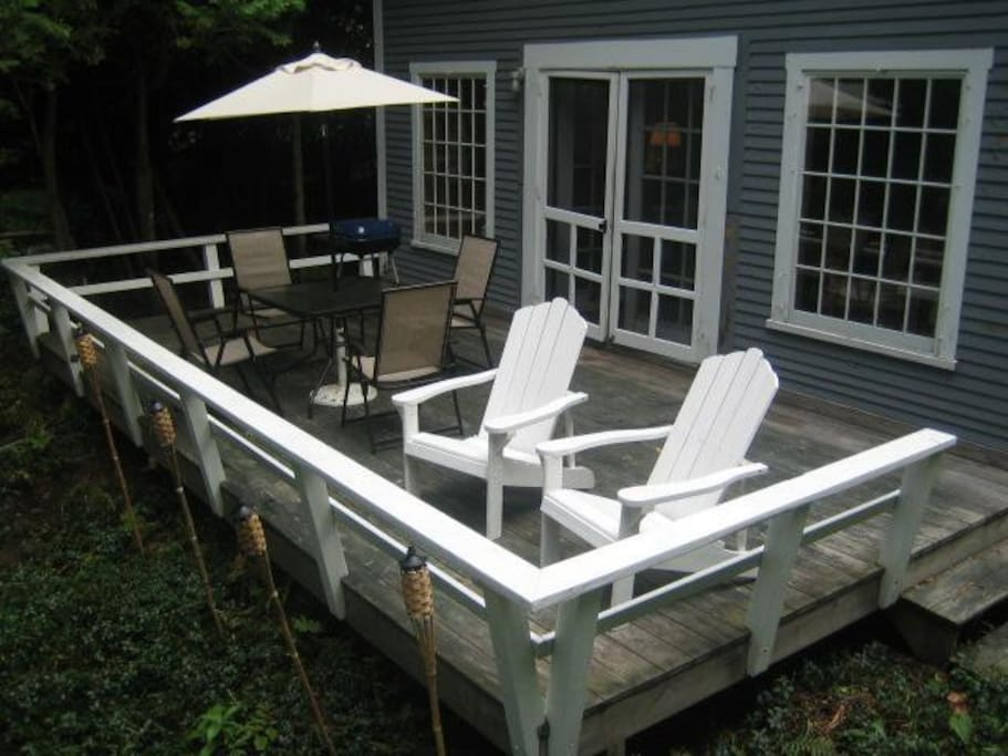 NICE DECK WITH SEATING FOR 6