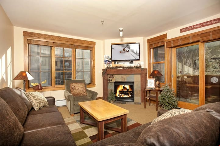 Gorgeous and Spacious 2 Bedroom Condo with Fantastic Amenities
