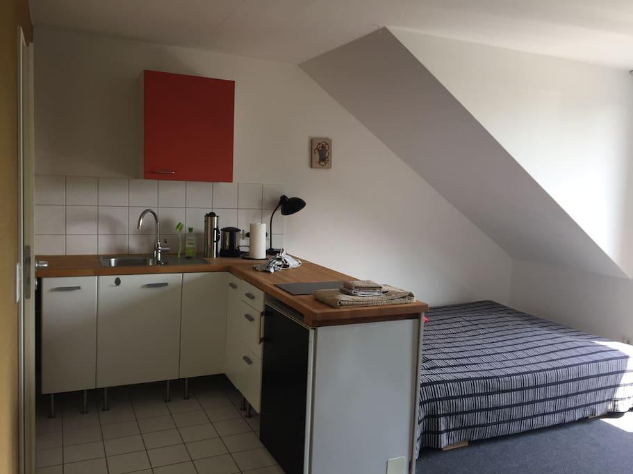 Doppelbett und Küchenzeile