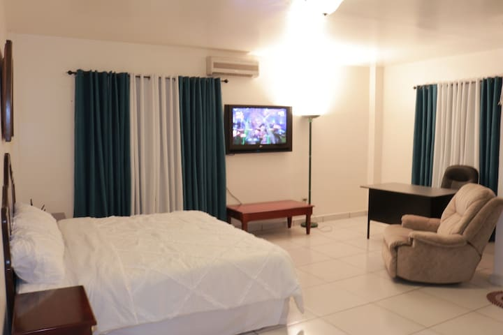 5 bedrooms Condo/5 private Bathrooms/fit 12 people
