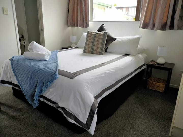 Stay 3 nights pay 2** Studio on Golders - 5 min drive to town & 2 min drive to the lake (1.3 km)