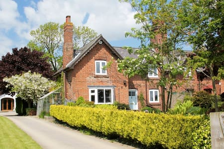 Brush & Boot Cottage 1 or 2 bedroomed suite - Bed & Breakfast