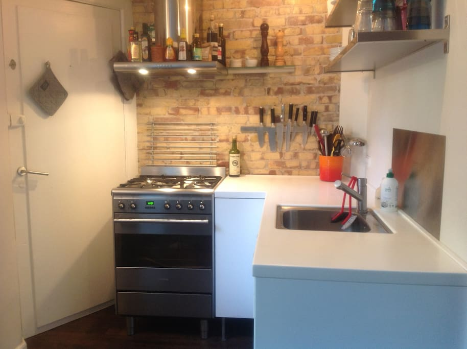 Fully equipped kitchen with nespresso machine (free coffee), microwawe oven stove, fridge etc.