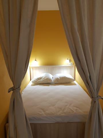 Двуспальная кровать с ортопедическим матрасом. При желании шторы ее полностью закрывают