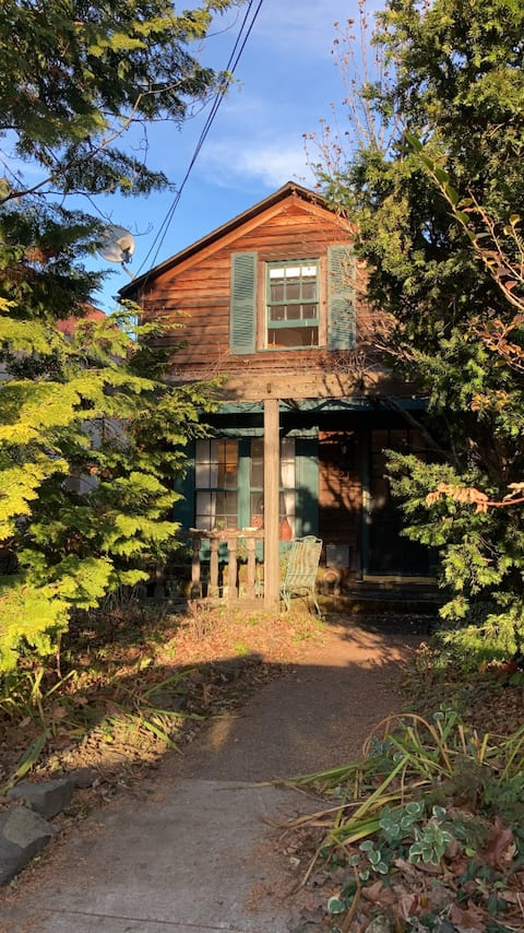 Quaint historic cottage in the heart of Princeton