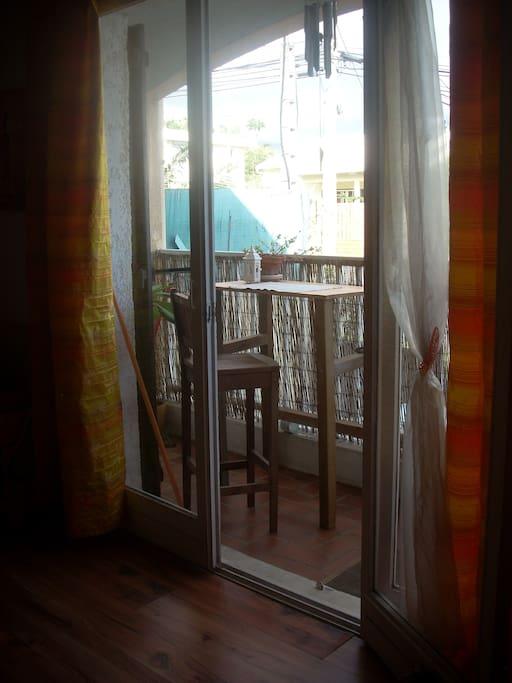 Balcon pour un petit repas tranquille.