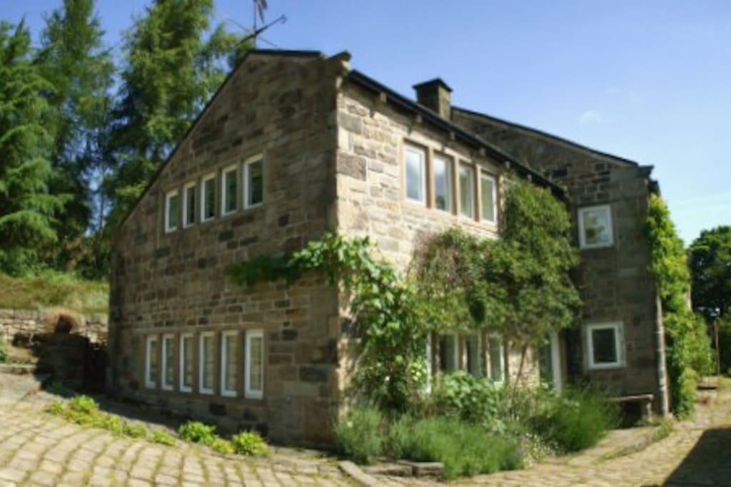 Cottage and barn that have been converted into Tyas Cottage