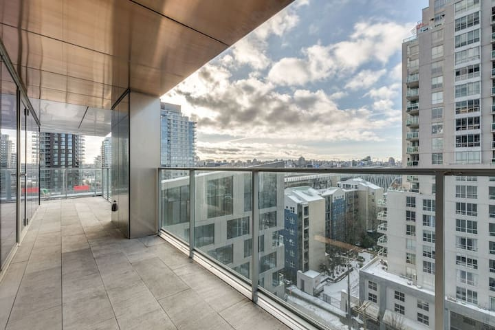 **NEW IN HEART OF DOWNTOWN AMAZING VIEWS & A/C**