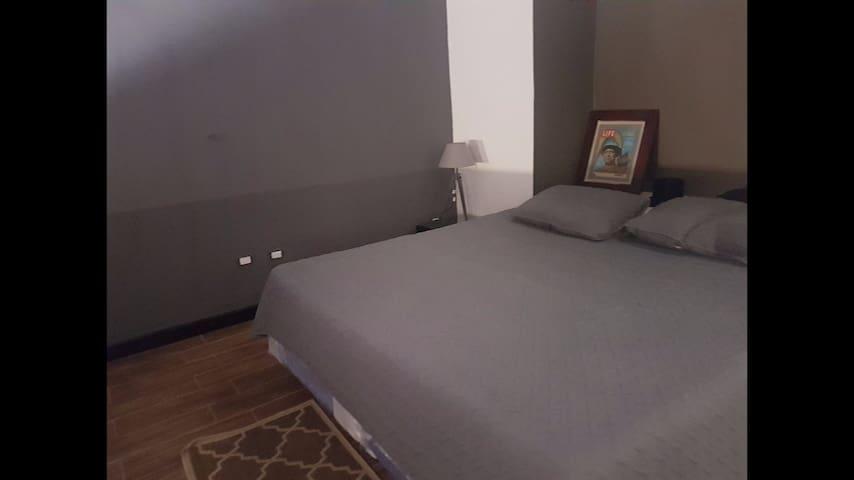 Dormitorio principal ,  cama King . tv 40 pulgadas