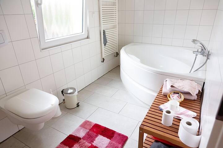 Das Bad mit der super großen Badewanne