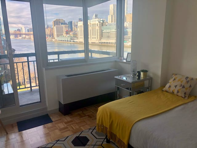 Waterfront Room with Manhattan View and Balcony