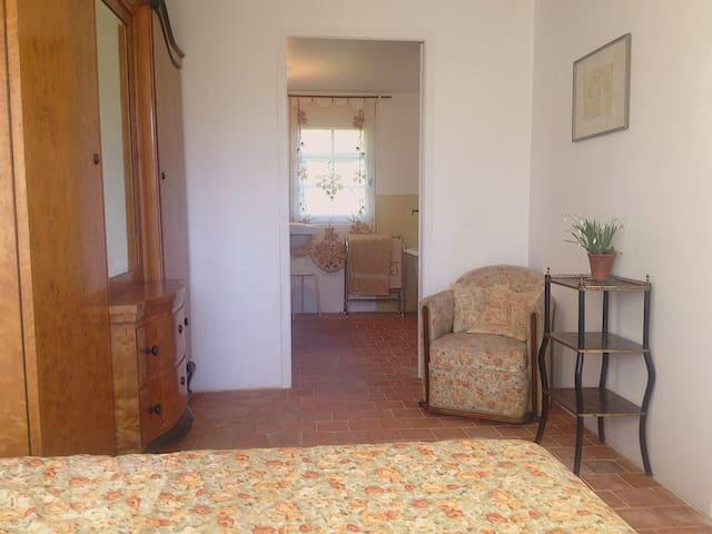 Une master bedroom, salle de bain privative communicante  et toilettes séparées