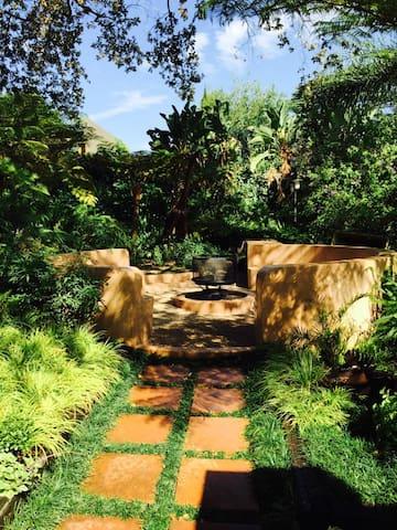Private garden Cottage - Parktown North - House