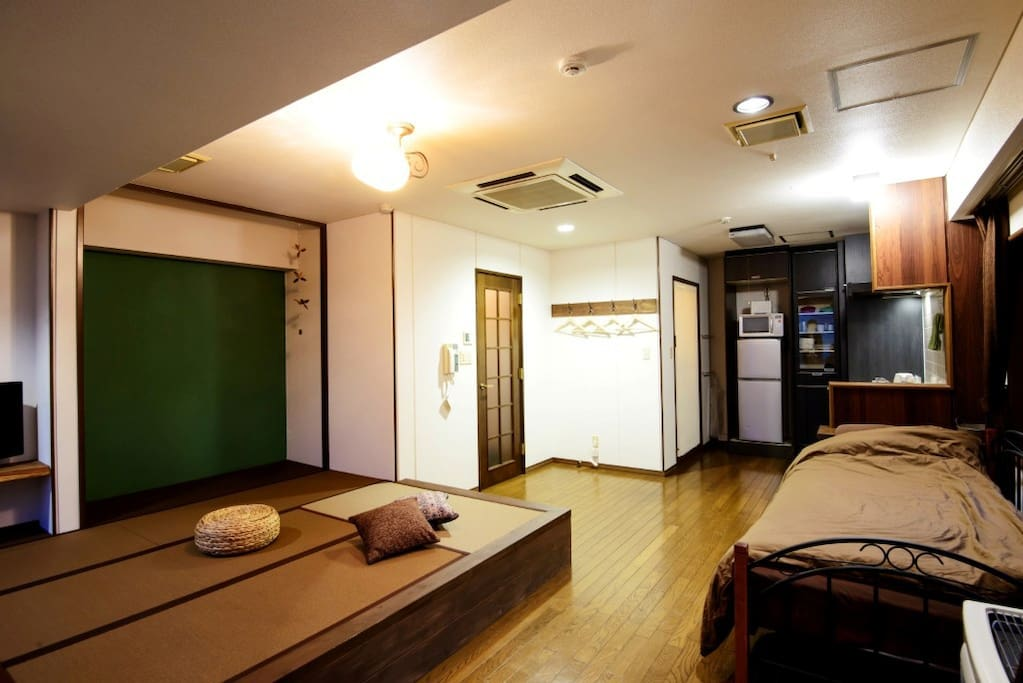 Tatami mat area for 3 futons, on the right 1 bed with mattress