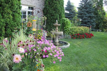Beautiful Home / Beautiful Garden - Inver Grove Heights
